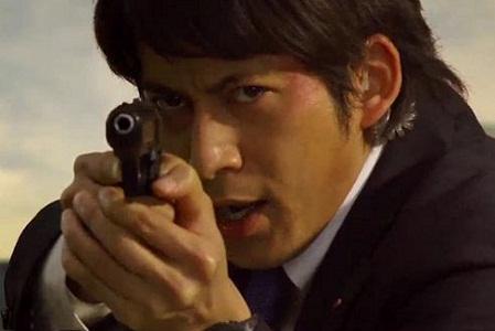 銃を構える岡田准一